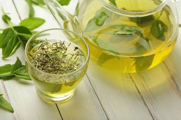 uống nước trà để thanh nhiệt cơ thể, giảm nóng gan.jpg